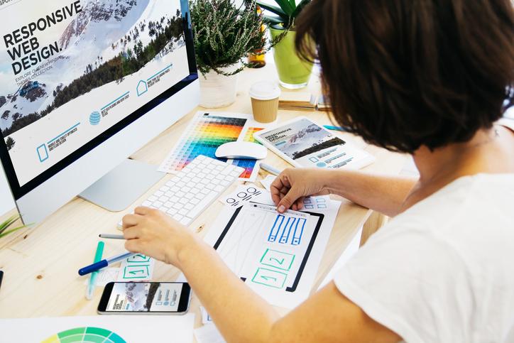 パソコンの前で手元の作業をしている女性