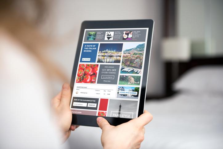 人が操作しているタブレットに様々な画像が表示されている