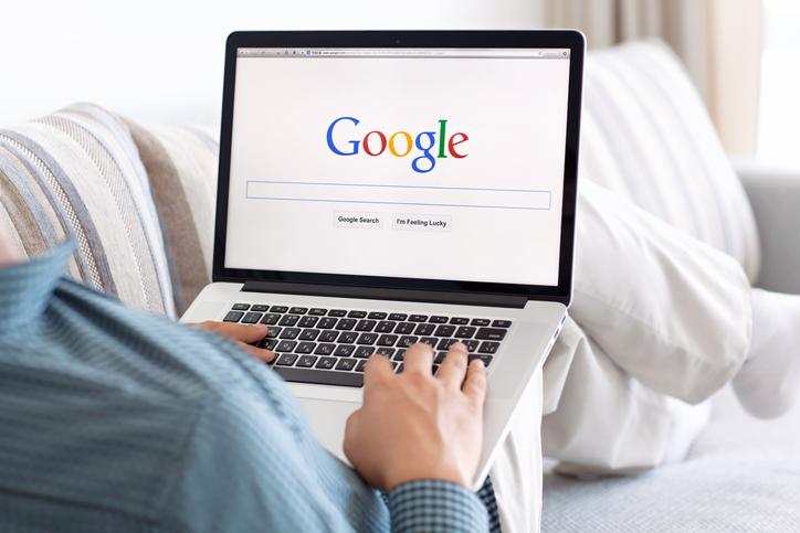 男性がパソコンでGoogleのトップページを開いている